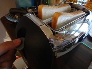 スロットにパンを入れます