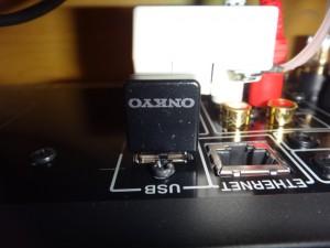 ONKYO ワイヤレスUSB LANアダプター (ブラック) UWF-1(B)は背面のUSB(USB R)につなぐ。スピードは1.1らしい。