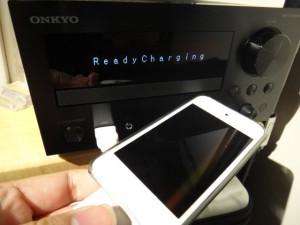 ONKYO CR-N755とiPod touchを前面USBにて接続。本体からコントロールはもちろん、ONKYO Remote2アプリからの操作も可能!