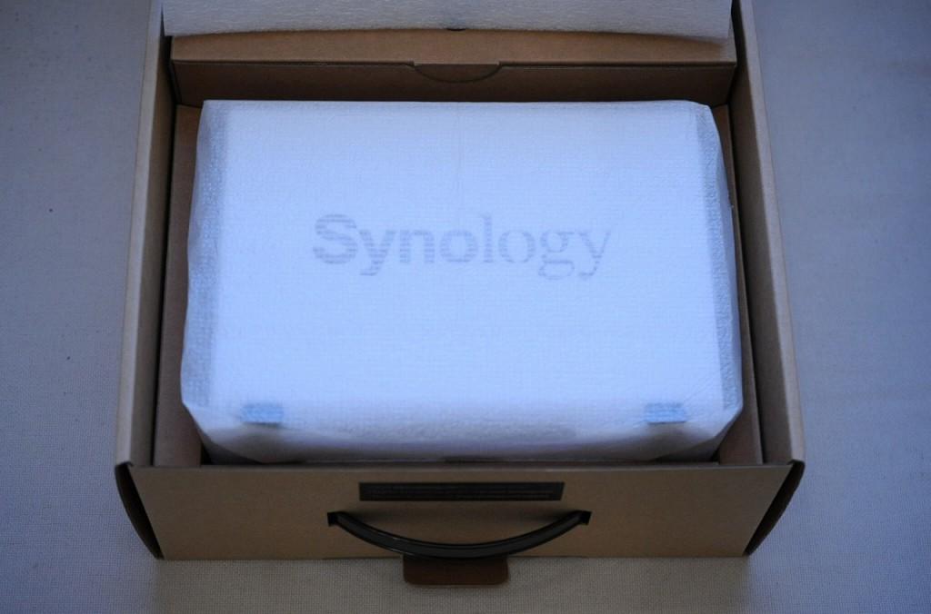 あけました。おお、お馴染みのSynologyロゴが見えてきました。