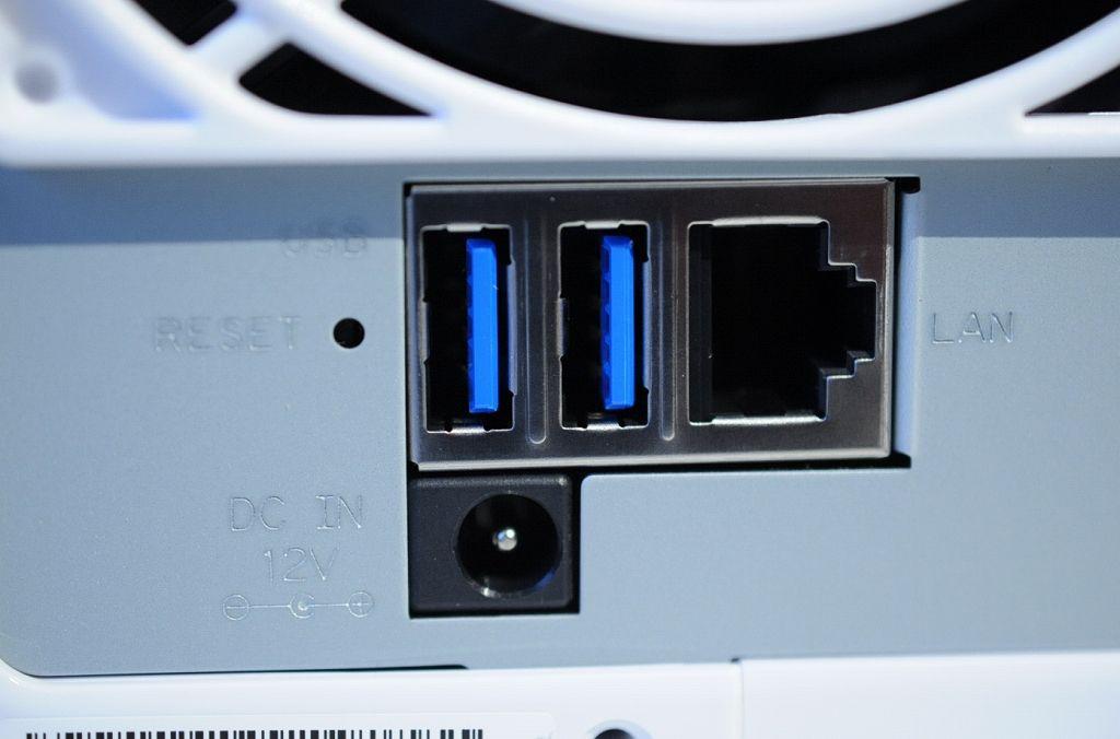 DS216jは、2機のUSB3端子を備えています。私はここにUSBメモリを挿してデータ移行してみますね。