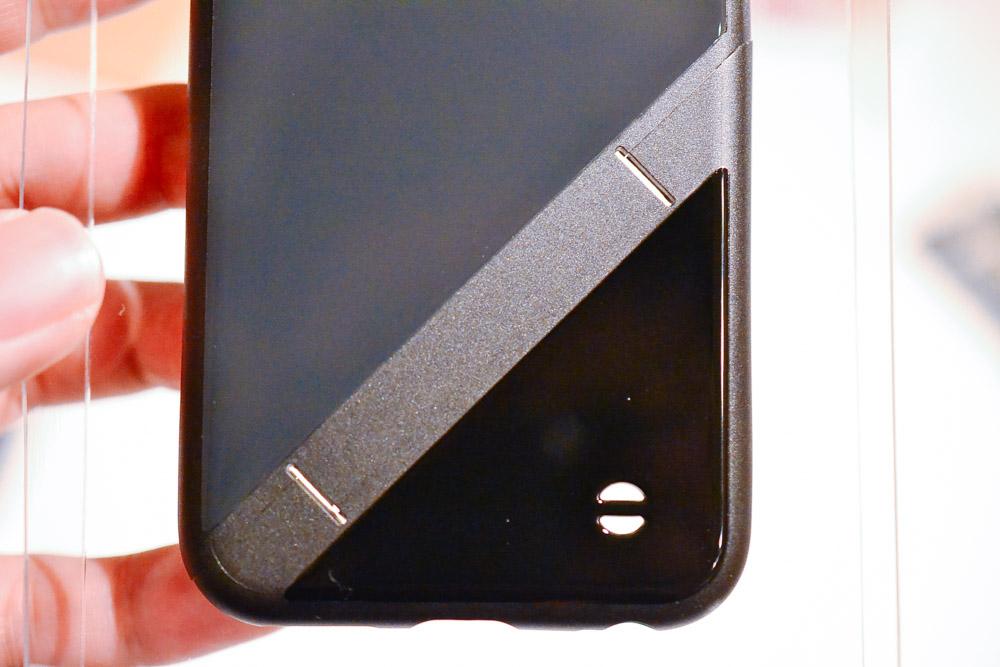 iPhoneケースとストラップ穴。