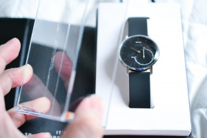 Withings Activite Steel早速手にとって見ましょうか。