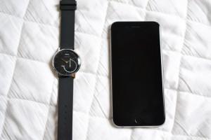 まずはWithings Activite Steelとスマートフォンを準備します。私はiPhone 6です。