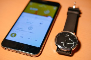 まずは、iPhoneとWithings Activite Steelを用意します。
